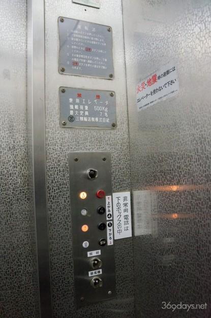 兵庫県姫路市・手柄山の回転展望台のエレベーター